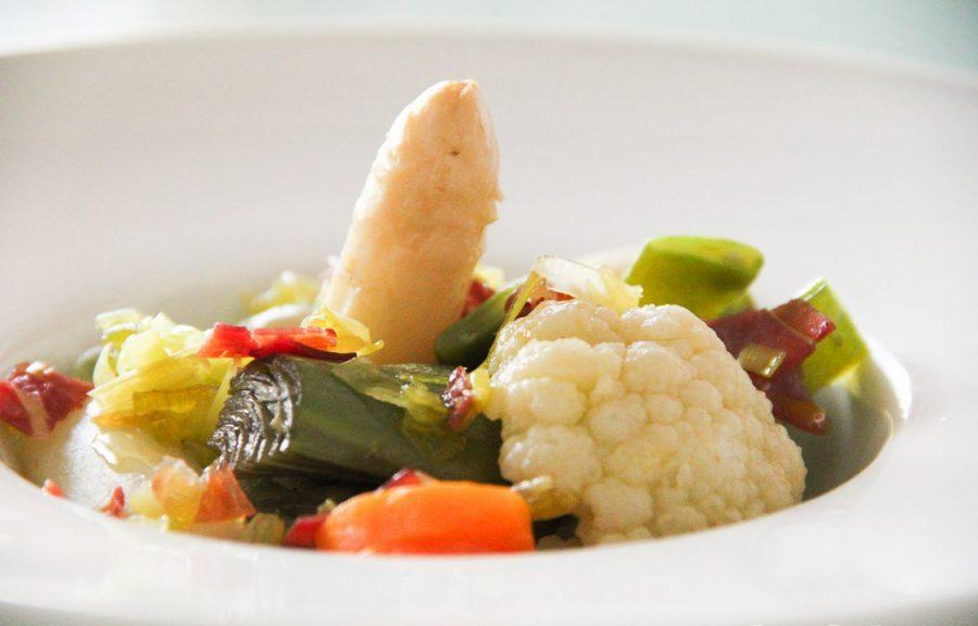 Menestra de verduras con ajetes frescos, jamón y crema de calabaza